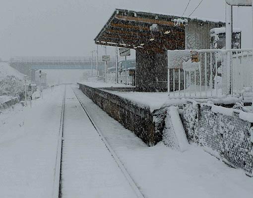 雪の無人駅.jpg