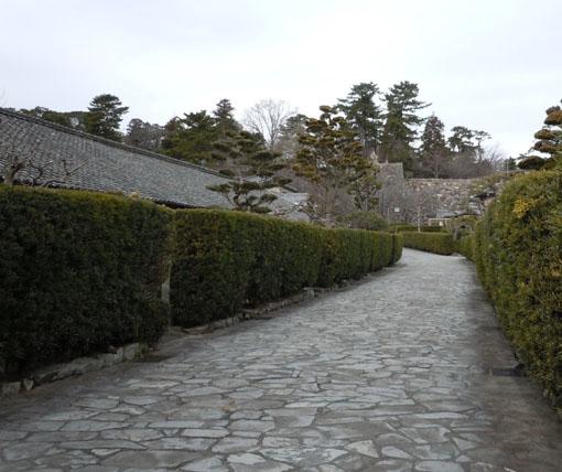 正面に城石垣.jpg
